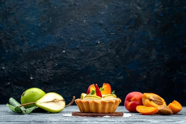 正面図グレーのデスクケーキビスケットティーにクリームとスライスしたフルーツの小さなおいしいケーキ