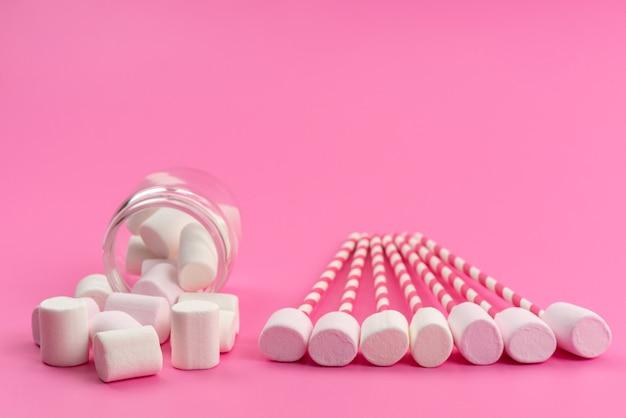 Вид спереди маленькие белые, зефир с палочками и внутри банка на розовых, сладких кондитерских конфетах