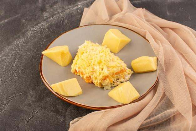 グレーのテーブルサラダフードミールの正面のマヨネーズ野菜サラダとチキンの内側とフレッシュチーズのプレート