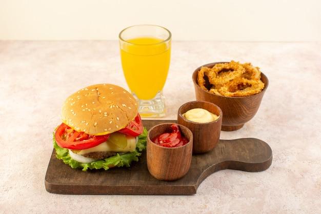 木製のテーブルフードにケチャップとマスタードと一緒にチーズとグリーンサラダの正面肉バーガー