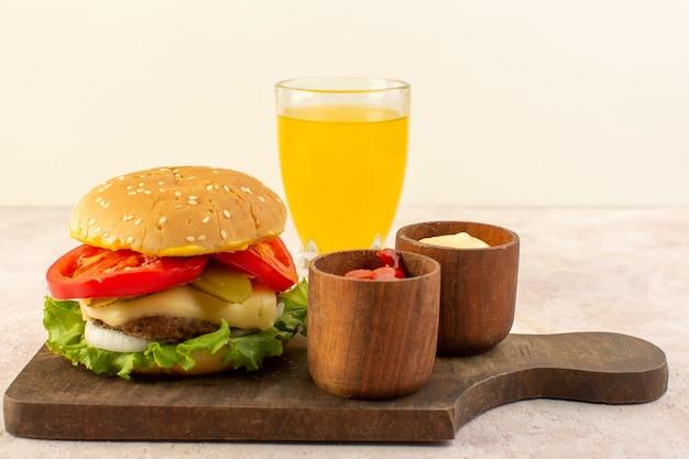 ケチャップとマスタード、木製のテーブルの上にチーズとグリーンサラダの正面肉バーガー