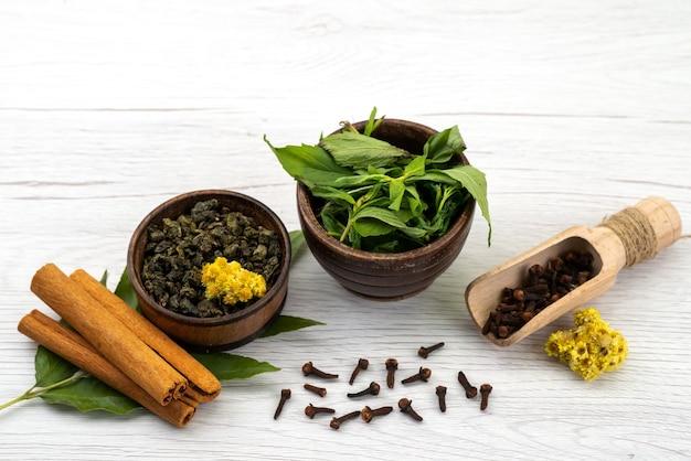 正面のミントとシナモン、スパイスと白、成分植物の色 無料写真