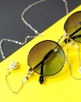 Вид спереди современные темные очки на желто-черном