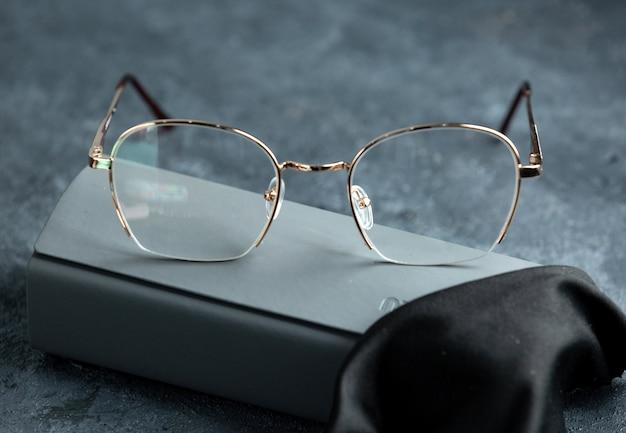 Вид спереди современных оптических солнцезащитных очков на сером