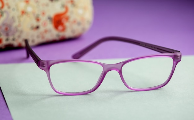 Вид спереди современные фиолетовые солнцезащитные очки современные на фиолетовом