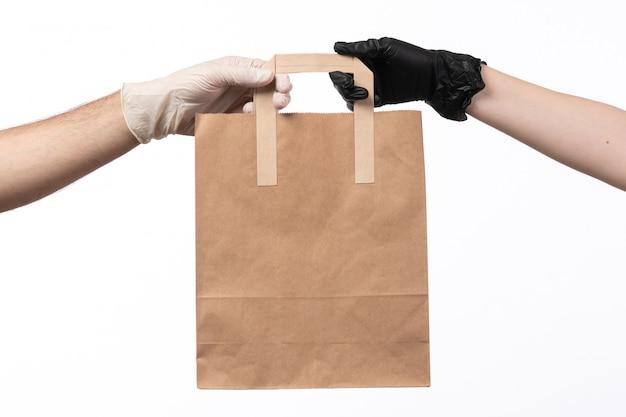 Передняя бумажная пищевая упаковка от женщины к мужчине в перчатках на белом фоне
