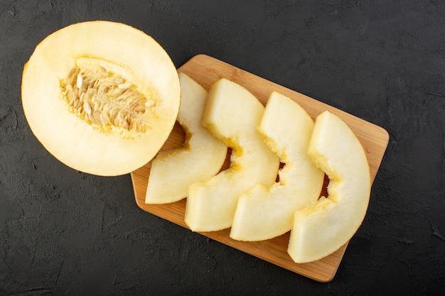 木製の机の上に並ぶジューシーで甘いメロンのまろやかで甘いライニングの正面図