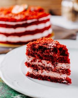 Вид спереди красный клубничный торт вкусный и нарезанный на столе фруктовый торт бисквитный сладкий