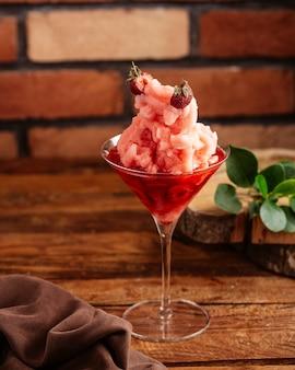 Красный клубничный коктейль, вид спереди, свежий и вкусный на коричневом деревянном столе, фруктовый напиток, сок