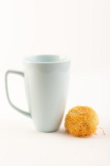 正面の丸いおいしいケーキ甘いおいしい丸い形の分離した白いカップと一緒に焼く