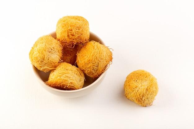 正面の丸いおいしいケーキ甘いおいしい丸い形の分離した白いプレート内の焼き