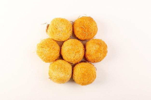 正面の丸いおいしいケーキ甘いおいしい丸い形の白で隔離されるベーク