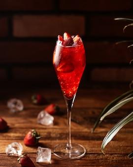 Клубничный коктейль, вид спереди, свежие фрукты и кубики льда на столе, фруктовый напиток, сок, коктейль