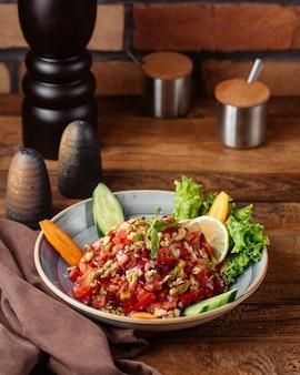 茶色の木製のテーブルフード野菜食事のプレート内レモン付き正面野菜サラダ