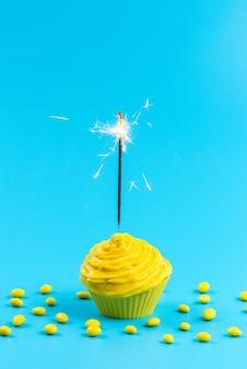 青のお菓子と正面の黄色いケーキ