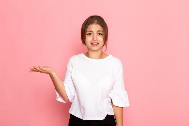 Вид спереди молодая красивая женщина в белой рубашке позирует с растерянным выражением