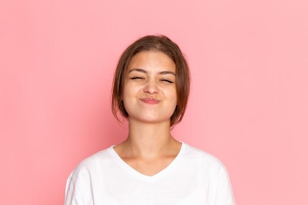 喜んで表情でポーズをとって白いシャツの正面の若い美しい女性