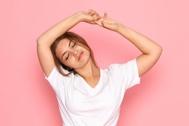 Вид спереди молодая красивая женщина в белой рубашке позирует с выражением отдыха