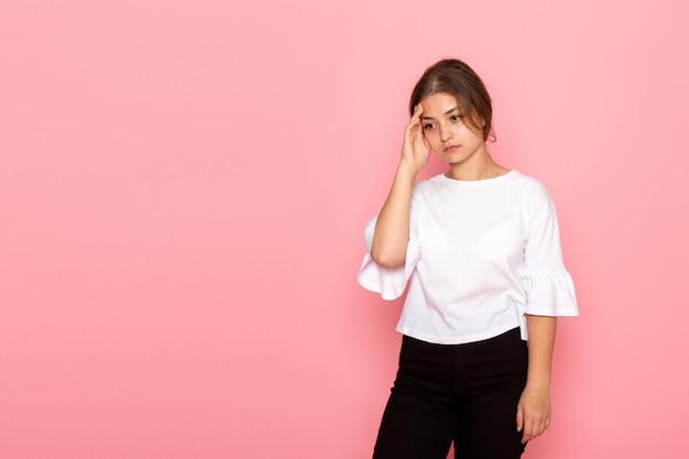 Вид спереди молодая красивая женщина в белой рубашке позирует с выражением мышления