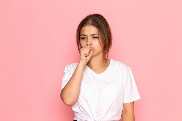 激しく咳をする白いシャツの正面の若い美しい女性