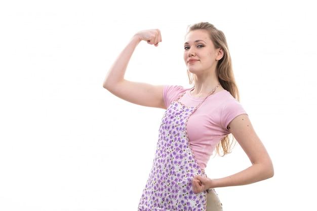 핑크 셔츠 화려한 케이프 행복 웃는 flexing에 전면보기 젊은 아름다운 주부