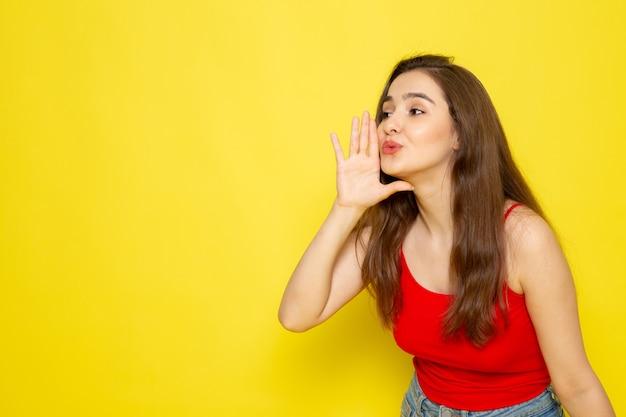 赤いシャツとジーパンのささやきで正面の若い美しい女性