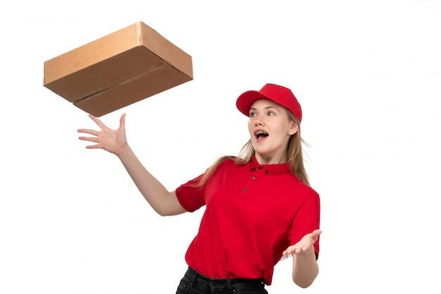 Вид спереди молодая женщина-курьер работница службы доставки еды боится брошенных коробок с едой на белом
