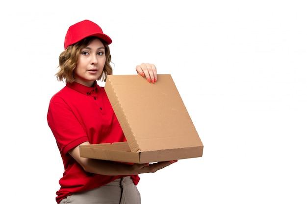 白の空のピザの箱を保持している食品配達サービスの正面の若い女性宅配便女性労働者