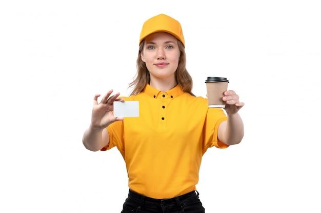 白いカードでコーヒーカップを押しながら白に笑みを浮かべてフードデリバリーサービスの正面の若い女性宅配便女性労働者