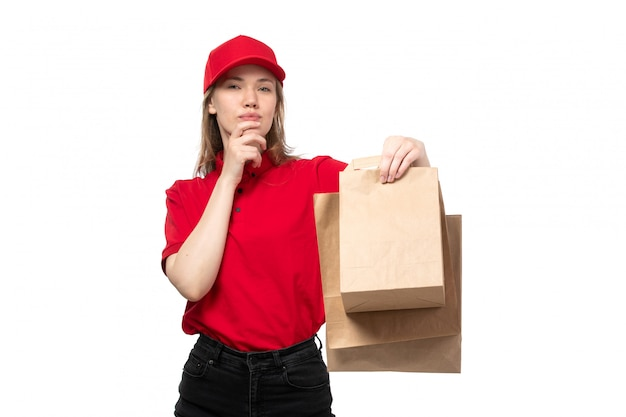 화이트에 식을 표현하는 배달 패키지를 들고 음식 배달 서비스의 전면보기 젊은 여성 택배 여성 노동자