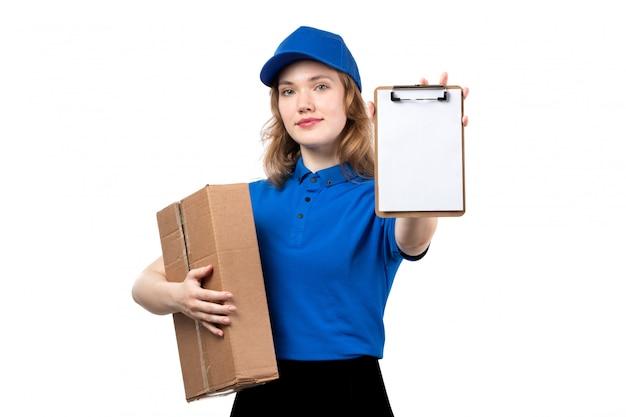 Вид спереди молодой женщины курьер работница службы доставки еды, держа пакет продуктов питания и блокнот на белом