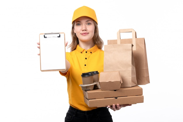 白のピザの箱と食品パッケージのメモ帳を保持している食品配達サービスの正面の若い女性宅配便女性労働者