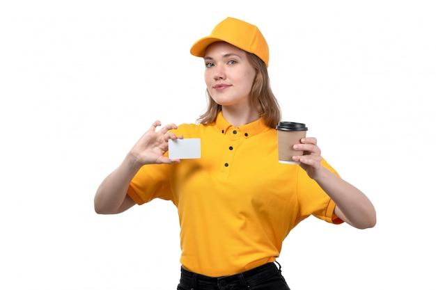 白のコーヒーカップと白いカードを保持笑みを浮かべて食品配達サービスの正面の若い女性宅配便女性労働者
