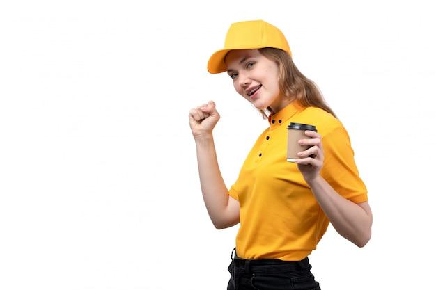 Вид спереди молодой женщины курьер работница службы доставки еды, улыбаясь, держа чашку с кофе на белом