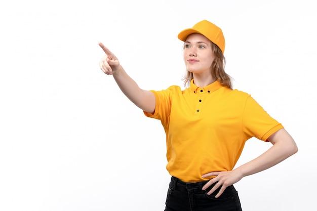 Вид спереди молодая женщина курьер работница службы доставки еды, улыбаясь, указывая на расстояние на белом