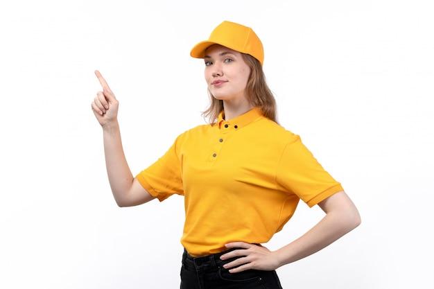 Вид спереди молодая женщина курьер работница службы доставки еды, улыбаясь позирует с поднятым пальцем на белом