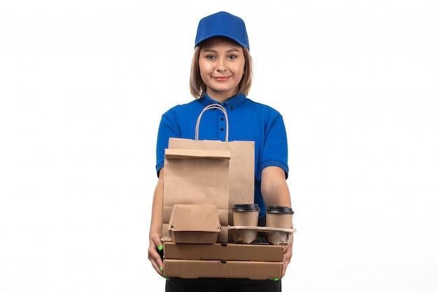 フードデリバリーパッケージを保持している青い制服を着た正面若い女性宅配便