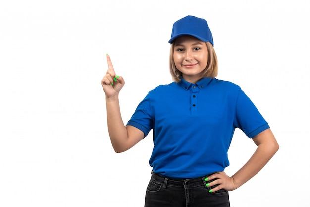 彼女の顔に笑顔でポーズをとって青い制服を着た正面若い女性宅配便