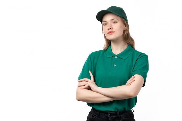 Молодая женщина-курьер в зеленой форме позирует в спокойном состоянии, вид спереди
