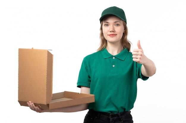緑の制服を着た空のピザの箱を持って笑顔で正面の若い女性の宅配便