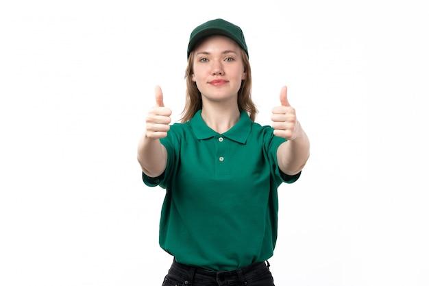 Молодая женщина-курьер в зеленой форме, улыбаясь, показывает как знаки