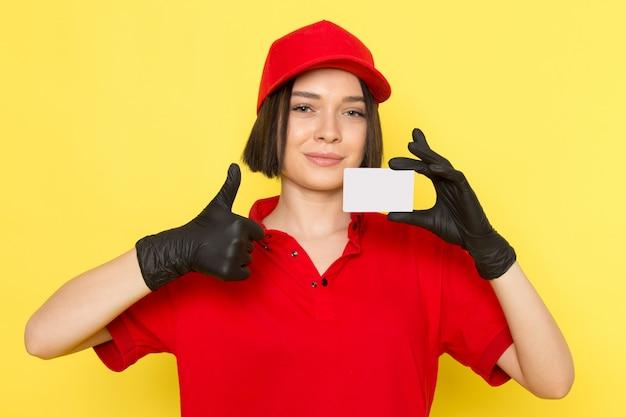 빨간 유니폼 검은 장갑과 흰색 모자를 들고 빨간 모자에 전면보기 젊은 여성 택배