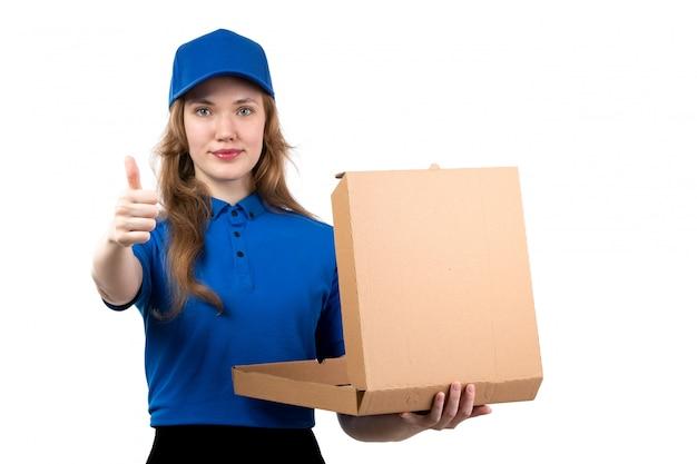 笑みを浮かべて空のピザの箱を保持している制服を着た正面若い女性宅配便