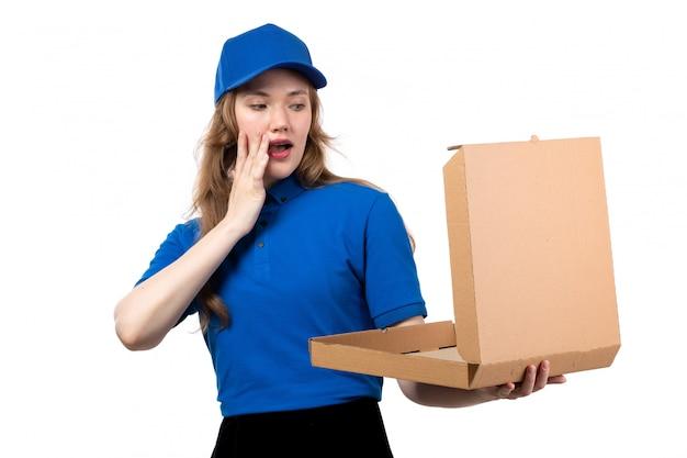 驚いた表情で空のピザの箱を保持している制服を着た正面若い女性宅配便