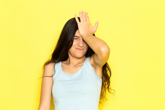 Dissapointed 식으로 포즈를 취하는 파란색 셔츠에 전면보기 젊은 여성