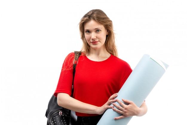 빨간 셔츠 검은 가방에 전면보기 젊은 여성 학생 흰색에 큰 파일을 들고 웃