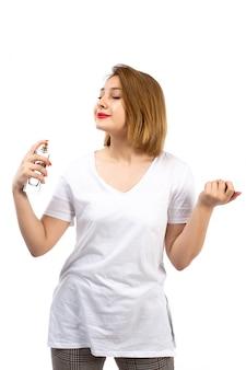 Вид спереди молодая леди в белой футболке с черным парфюмерным тубусом на белом