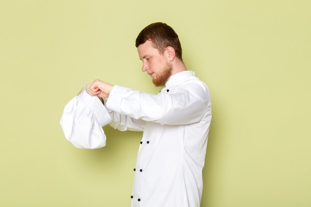 흰색 머리 모자를 쓰고 흰색 요리사 양복에 전면보기 젊은 남성 요리사