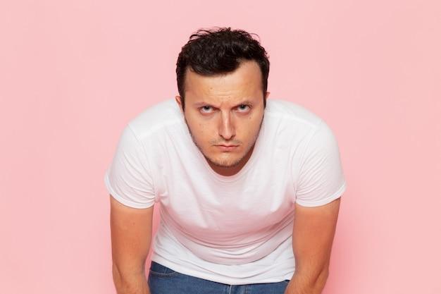 正面の白いtシャツでポーズの若い男性