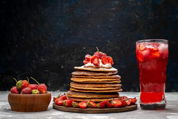 Вкусные круглые блины со сливками и коктейлем из красной клубники на светлом столе, вид спереди